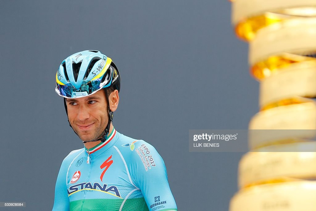 Italy's Vincenzo Nibali of team Astana arrives to take the start of the 16th stage of the 99th Giro d'Italia, Tour of Italy, from Bressanone / Brixen to Andalo on May 24, 2016. / AFP / VINCENZO