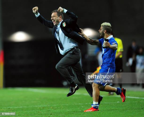 Italy'scoach Devis Mangia and Lorenzo Insigne celebrate their victory on the final whistle