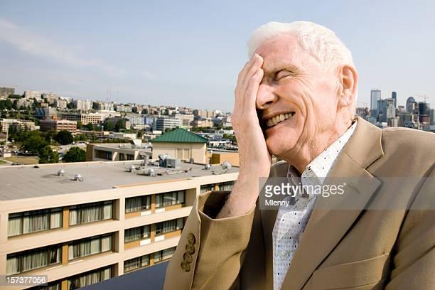 Es ist lächerlich, mad world. Senior-Mann lacht.