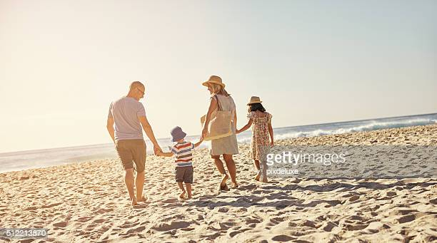 É família praia dia