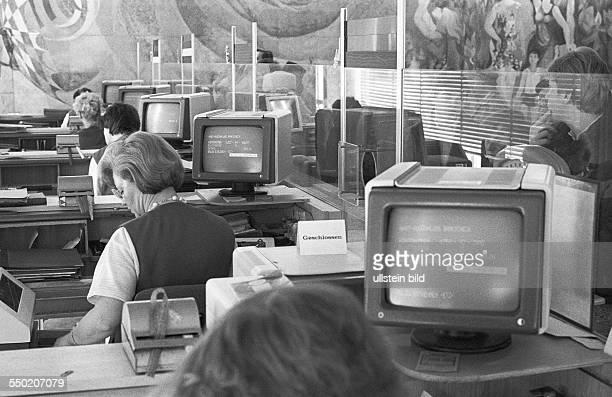 ITZeitalter im Realsozialismus Berlin DDR 14 04 1986 Foto Schalterterminal im Postamt 2 Zum elften Parteitag der Einheitspartei SED wurden die...