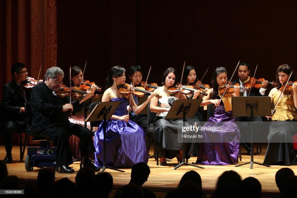 Itzhak Perlman and members of the Perlamn Music Program performing at the Metropolitan Museum on Saturday night October 3 2009This imageItzhak...