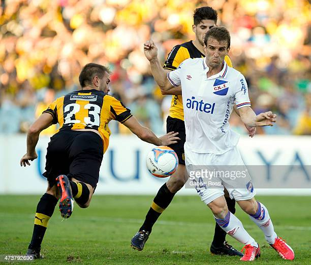 Ivan Alonso of Nacional fights for the ball with Carlos Valdez of Peñarol during a match between Peñarol and Nacional as part of 12th round of Torneo...