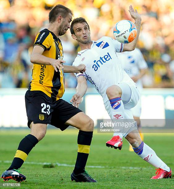 Ivan Alonso of Nacional fights for the ball with Carlos Valdez of Penarol during a match between Penarol and Nacional as part of 12th round of Torneo...