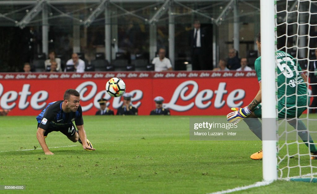 Ivan Perisic of FC Internazionale scores the third goal during the Serie A match between FC Internazionale and ACF Fiorentina at Stadio Giuseppe Meazza on August 20, 2017 in Milan, Italy.