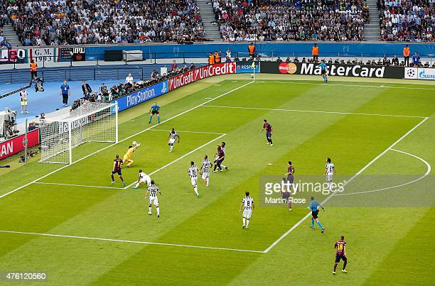 Ivan Rakitic of Barcelona scores the opening goal during the UEFA Champions League Final between Juventus and FC Barcelona at Olympiastadion on June...