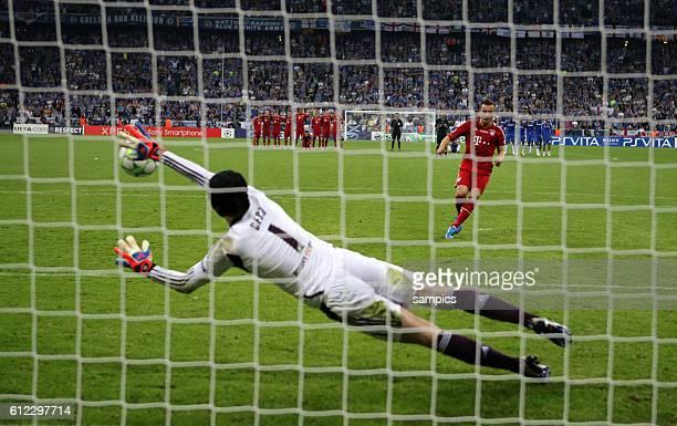 Ivica OLIC FC Bayern München verschiesst den Elfmeter gegen Petr Cech Fussball Championsleague Fussball Championsleague Finale FC Chelsea FC Bayern...