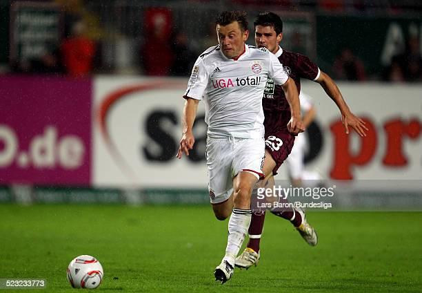 Ivica Olic von Muenchen wird verfolgt von Florian Dick von Kaiserslautern waehrend des Bundesligaspiels zwischen 1 FC Kaiserslautern und FC Bayern...