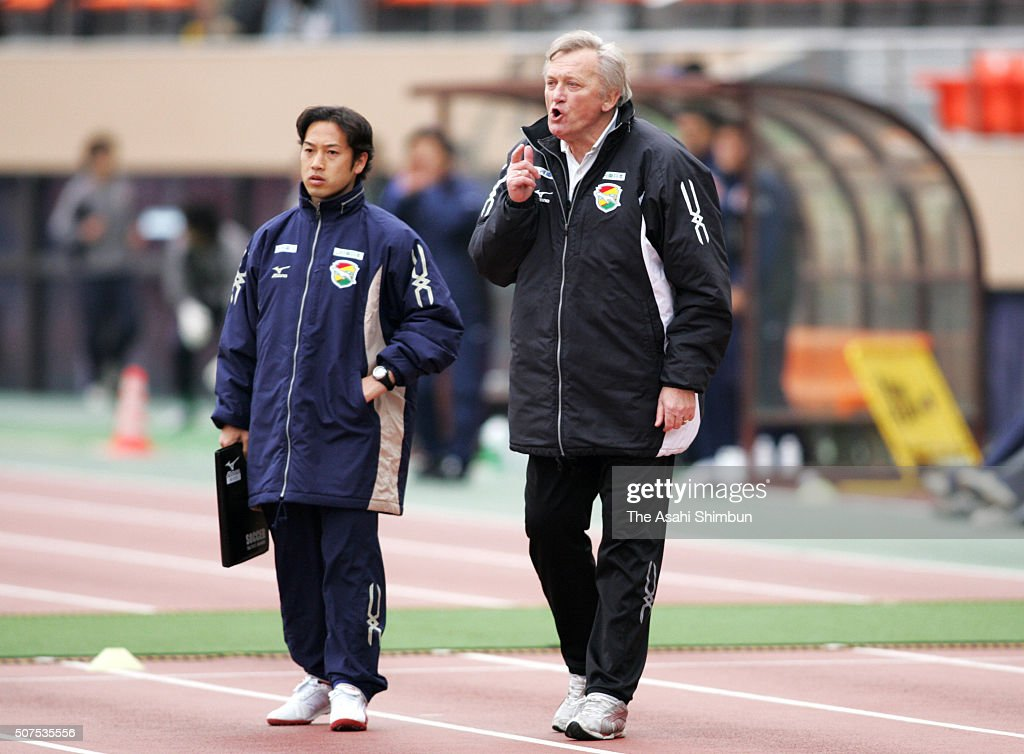<a gi-track='captionPersonalityLinkClicked' href=/galleries/search?phrase=Ivica+Osim&family=editorial&specificpeople=776551 ng-click='$event.stopPropagation()'>Ivica Osim</a> (R), head coach of JEF United Chiba gestures during the J.League match between JEF United Chiba and Kashima Antlers at the National Stadium on April 16, 2005 in Tokyo, Japan.