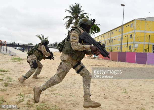 Ivory Coast special forces soldiers take part in a joint miliatary exercise with French special forces on September 22 2017 at the National Institute...