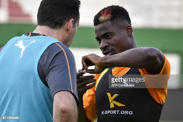Ivory Coast's national team Belgian head coach Marc Wilmots listens to player Serge Aurier during a training session on November 7 2017 at the Felix...