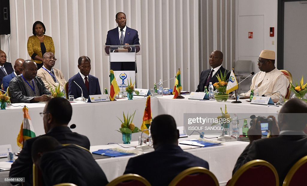 Ivory Coast's President Alassane Ouattara (C) delivers his message as Senegal's President Macky Sall (2nd-R) listens on during a security meeting of the ministers of Security Defence and Security of the West African Economic and Monetary Union zone (UEMOA) in Abidjan on May 27, 2016. / AFP / ISSOUF