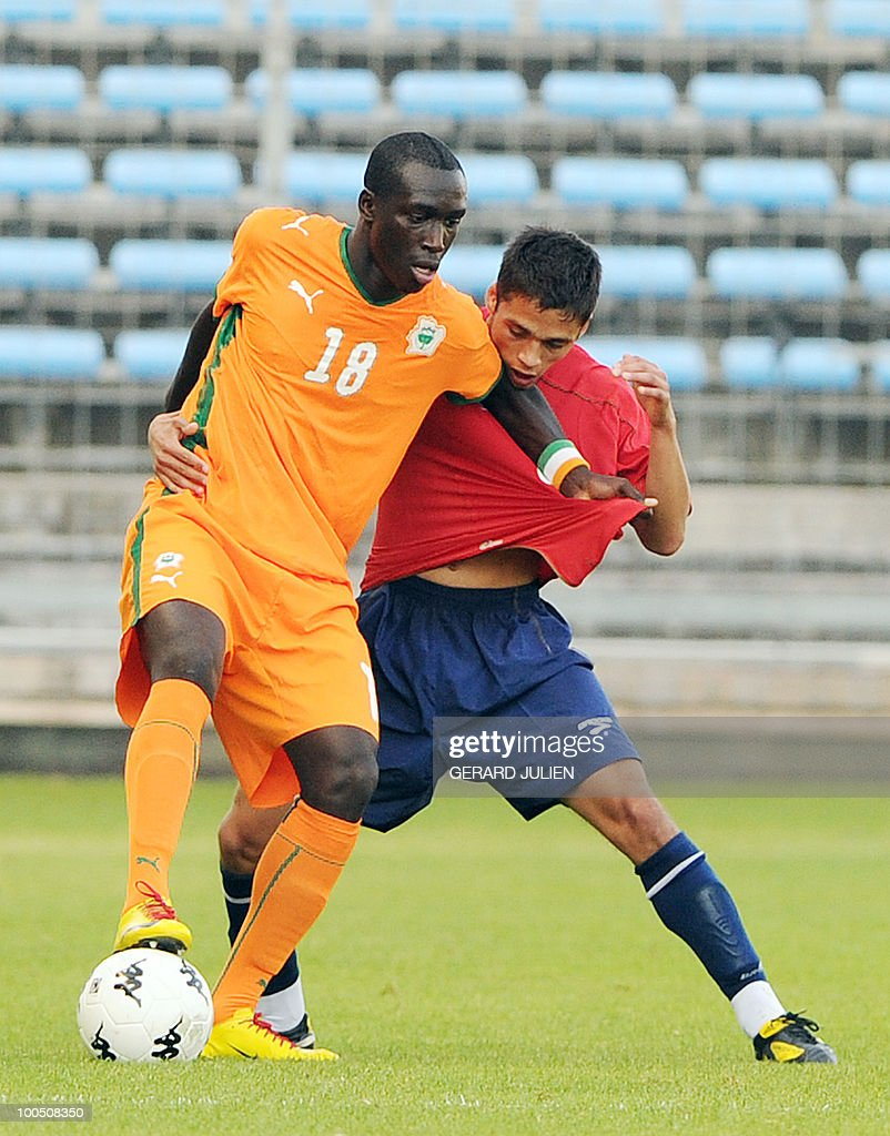 Ivory Coast's Yannick Anister Sagbo (L) vies with Chile's Luis Pavez (R) during their semi-final of the Under 21 International Tournament football match Chile versus Ivory Coast on May 25, 2010 at the Mayol stadium in Toulon, southern France. This is the 38th edition of the event.