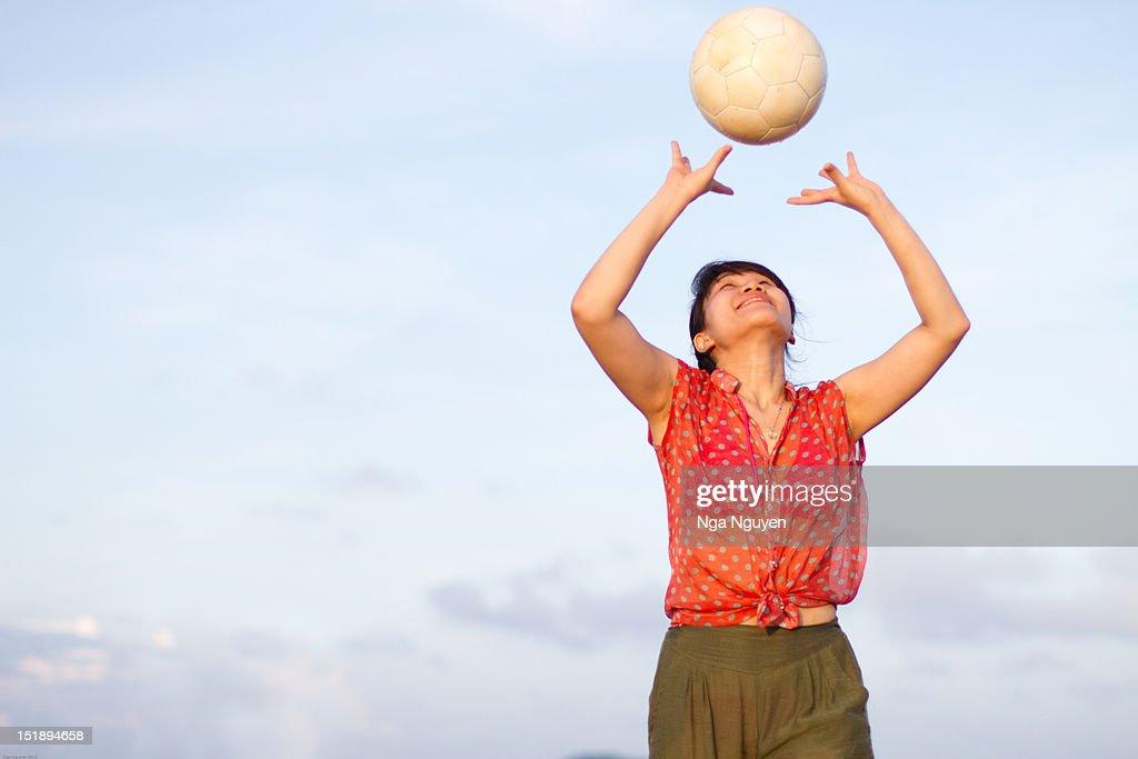 IYoung woman playing ball : Stock Photo