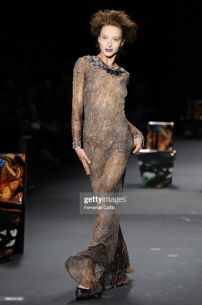 Izabel Hickman walks the runway during Lino Villaventura show at Sao Paulo Fashion Week Winter 2014 on October 31, 2013 in Sao Paulo, Brazil.