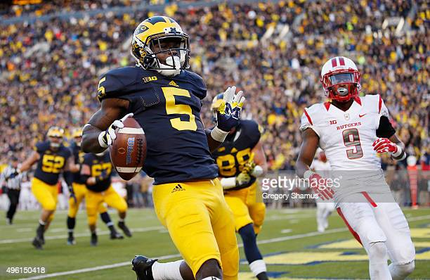 Jabrill Peppers of the Michigan Wolverines runs in for a second quarter touchdown in front of Saquan Hampton of the Rutgers Scarlet Knights on...