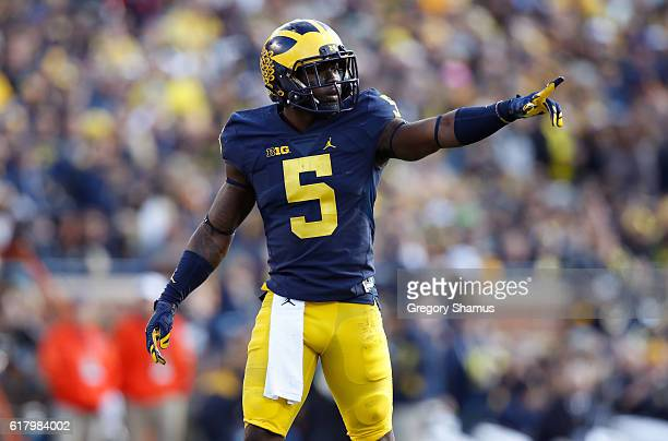 Jabrill Peppers of the Michigan Wolverines signals a teammate while playing the Illinois Fighting Illini on October 22 2016 at Michigan Stadium in...