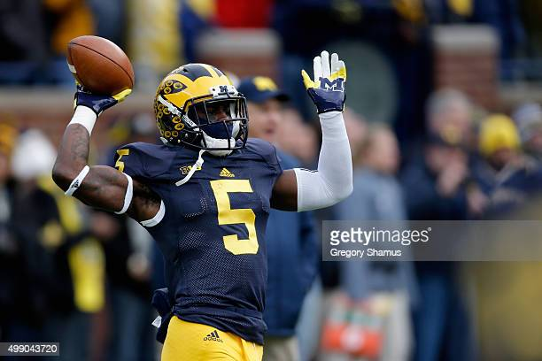 Jabrill Peppers of the Michigan Wolverines warms up before the start of their game against the Ohio State Buckeyes at Michigan Stadium on November 28...