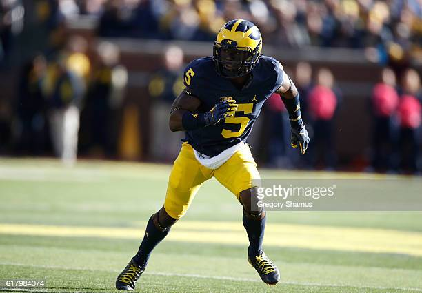 Jabrill Peppers of the Michigan Wolverines watches the ball while playing the Illinois Fighting Illini on October 22 2016 at Michigan Stadium in Ann...