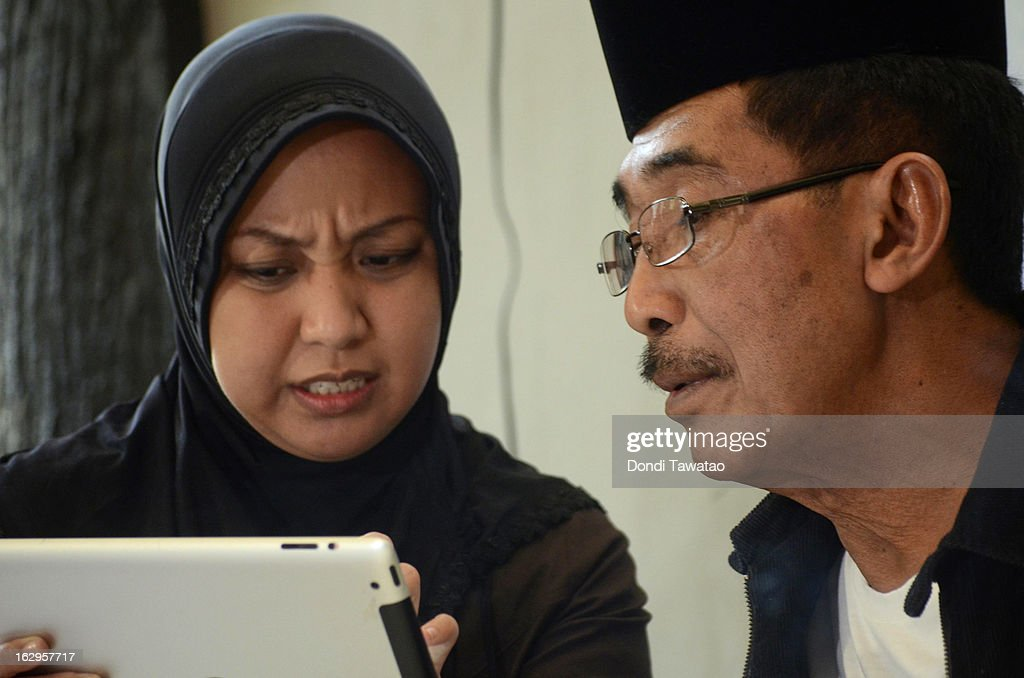 Jacel Kiram (L), daughter of self-proclaimed Sulu Sultan Jamalul Kiram III, and spokesperson Abraham Idjirani confer with one another in a press conference at the Kiram residence on March 2, 2013 in Manila, Philippines. President Benigno Aquino III has urged followers of Jamalul Kiram III to surrender and come out of hiding in the village of Lahad Datu, Sabah. Malaysian Prime Minister Najib Razak has warned he will take action against the group, which were involved in a shoot-out with Malaysian police that killed two Malaysian police commandos and left 12 followers of Kiram dead.