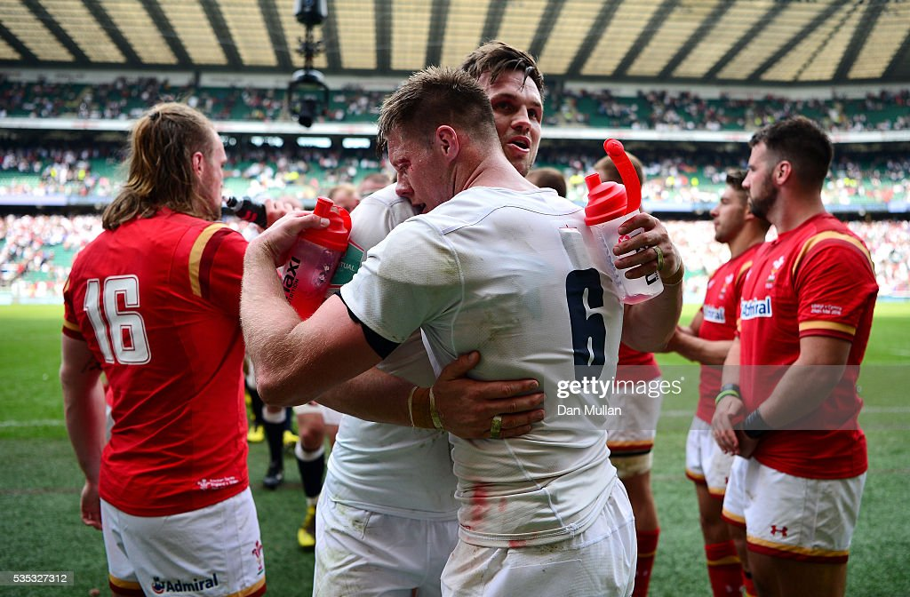 <a gi-track='captionPersonalityLinkClicked' href=/galleries/search?phrase=Jack+Clifford+-+Jugador+de+la+uni%C3%B3n+de+rugby&family=editorial&specificpeople=15452215 ng-click='$event.stopPropagation()'>Jack Clifford</a> and Teimana Harrison of England embrace following victory during the Old Mutual Wealth Cup match between England and Wales at Twickenham Stadium on May 29, 2016 in London, England.
