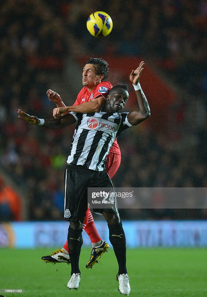 <a gi-track='captionPersonalityLinkClicked' href=/galleries/search?phrase=Jack+Cork+-+Soccer+Player&family=editorial&specificpeople=4206991 ng-click='$event.stopPropagation()'>Jack Cork</a> of Southampton challenges <a gi-track='captionPersonalityLinkClicked' href=/galleries/search?phrase=Cheick+Tiote&family=editorial&specificpeople=5490367 ng-click='$event.stopPropagation()'>Cheick Tiote</a> of Newcastle during the Barclays Premier League match between Southampton and Newcastle United at St Mary's Stadium on November 25, 2012 in Southampton, England.
