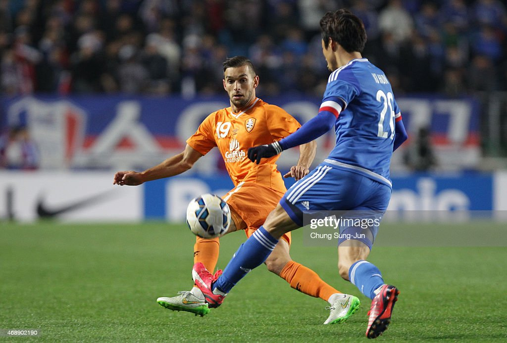 Jack Hingert of Brisbane Roar compete for the ball with Yeom KiHun of Suwon Samsung FC during the AFC Champions League Group G match between Suwon...