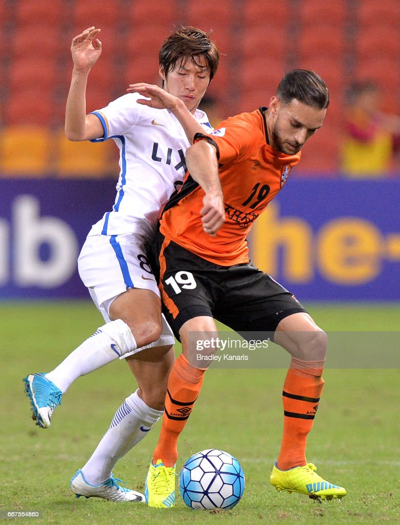 Jack Hingert of the Roar is challenged by Doi Shoma of the Antlers during the AFC Asian Champions League Group Stage match between the Brisbane Roar and Kashima Antlers at Suncorp Stadium on April 12, 2017 in Brisbane, Australia.