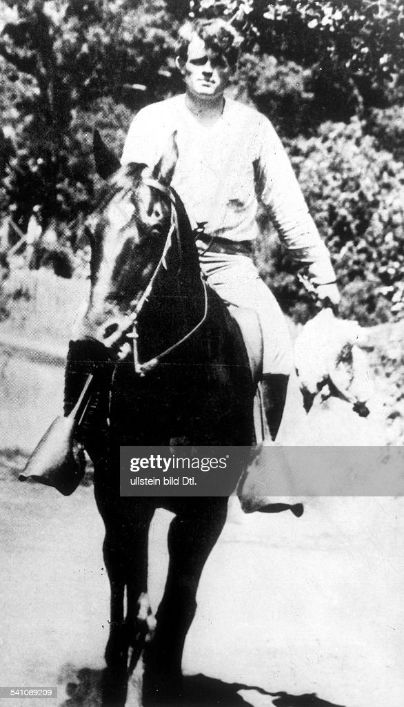 Jack London*12011876Schriftsteller USA nach der Jagd reitet auf einem Pferd in der linken Hand trägt er seine Jagdbeute zwei tote Vögel ohne Jahr