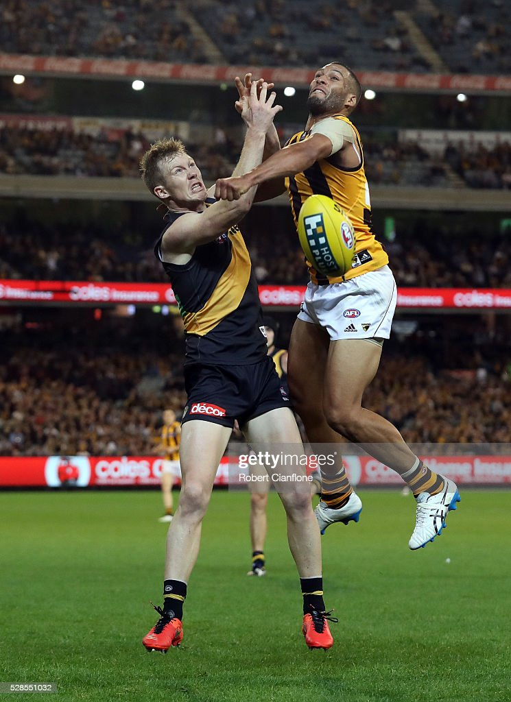 <a gi-track='captionPersonalityLinkClicked' href=/galleries/search?phrase=Jack+Riewoldt&family=editorial&specificpeople=2327975 ng-click='$event.stopPropagation()'>Jack Riewoldt</a> of the Tigers is challenged by Josh Gibson of the Hawks during the round seven AFL match between the Richmond Tigers and the Hawthorn Hawks at Melbourne Cricket Ground on May 6, 2016 in Melbourne, Australia.