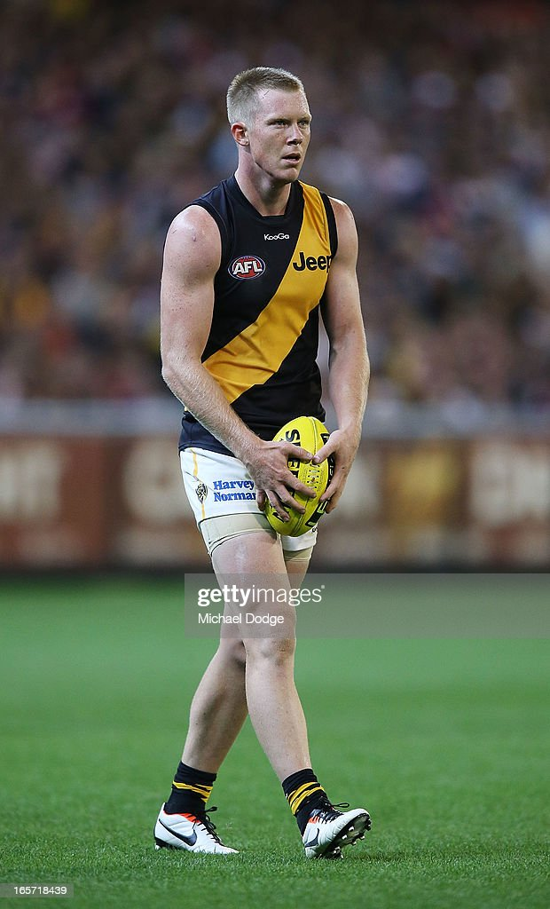 Jack Riewoldt of the Tigers lines up for goal during the round two AFL match between the St Kilda Saints and the Richmond Tigers at Melbourne Cricket Ground on April 5, 2013 in Melbourne, Australia.