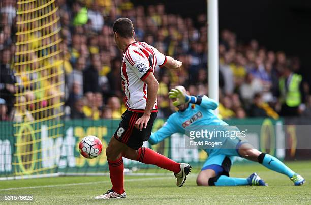 Jack Rodwell of Sunderland scores his team's first goal during the Barclays Premier League match between Watford and Sunderland at Vicarage Road on...