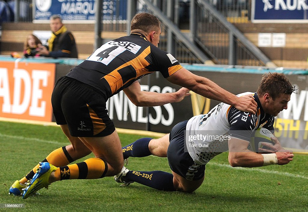 Jack Wallace of London Wasps fails to stop Andy Short of Worcester Warriors from scoring a try during the LV= Cup match between London Wasps and Worcester Warriors at Adams Park on November 18, 2012 in High Wycombe, England.