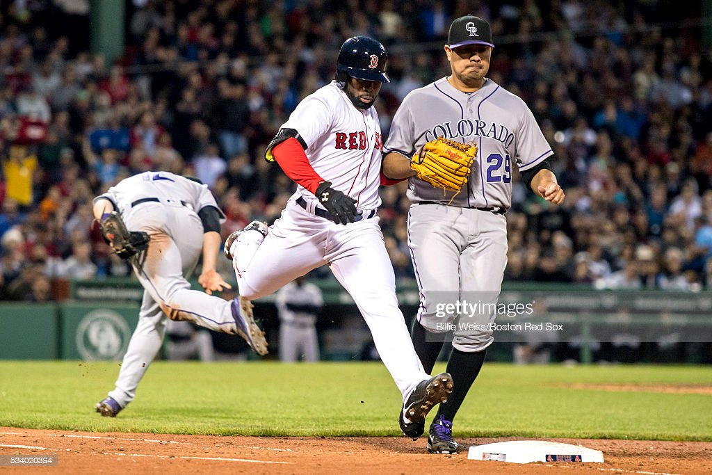 <a gi-track='captionPersonalityLinkClicked' href=/galleries/search?phrase=Jackie+Bradley+-+Jugador+de+b%C3%A9isbol&family=editorial&specificpeople=15049465 ng-click='$event.stopPropagation()'>Jackie Bradley</a> Jr. #25 of the Boston Red Sox lunges to reach first base on an infield single as Jorge De La Rose #29 and Mark Reynolds #12 of the Colorado Rockies attempt to make the play during the third inning of a game on May 24, 2016 at Fenway Park in Boston, Massachusetts.