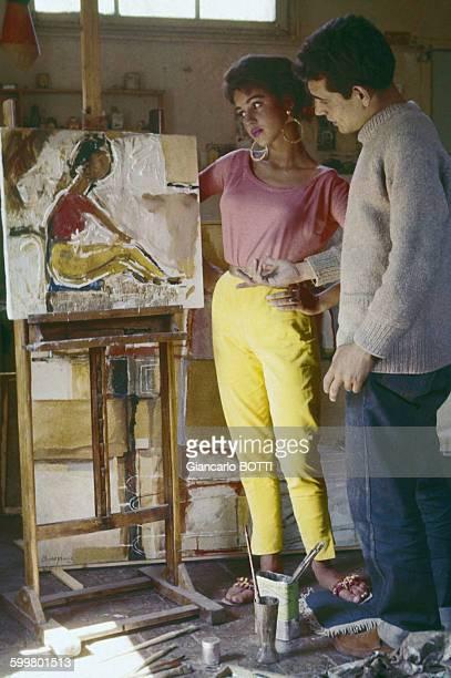 Jackie Lane et Michael Craze acteurs de la série télévisée britannique de sciencefiction 'Doctor Who' circa 1960 au RoyaumeUni