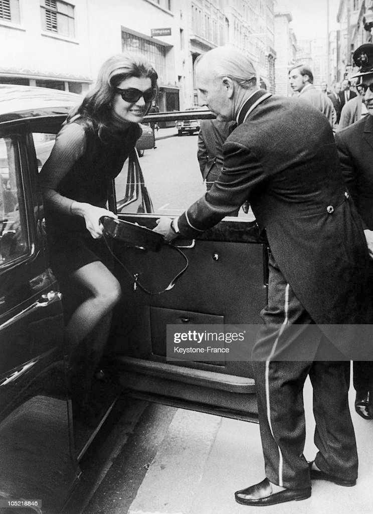 Jackie Onassis Stepping Out Of A Car In A Street Of Soho In London While On Her Way To A Restaurant On Jermyn Street On September 5 1970 She Was Then...