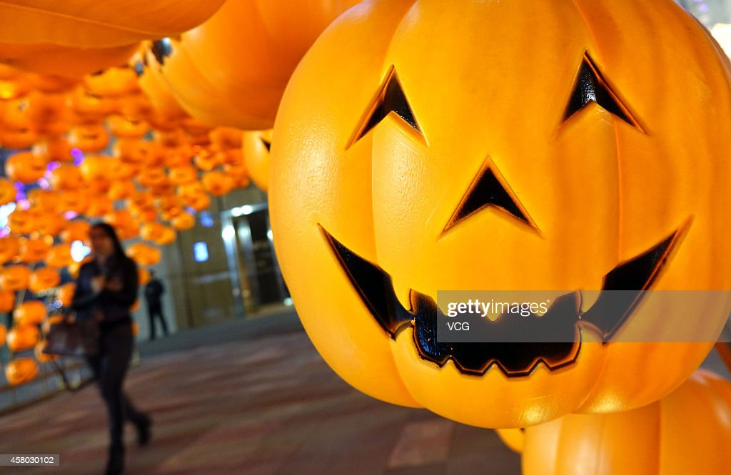 a jack o lantern hangs on the front gate of a shooping mall on - Frontgate Halloween