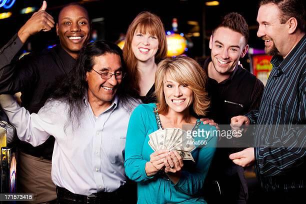Jackpot : 幸せな多様なグループのお祝いで人々を獲得