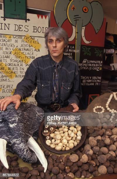 Jacky Bonnemains president de l'association ecologiste 'Robin des Bois' presentant l'ivoire vegetal le 16 mars 1992 en France