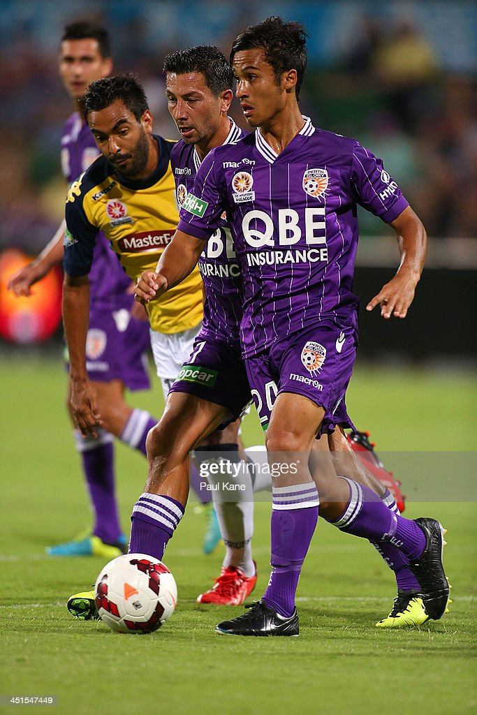 <a gi-track='captionPersonalityLinkClicked' href=/galleries/search?phrase=Jacob+Burns&family=editorial&specificpeople=2178094 ng-click='$event.stopPropagation()'>Jacob Burns</a> and Matthew Davies of the Glory control trhe ball against Marcos Flores of the Mariners during the round seven A-League match between Perth Glory and the Central Coast Mariners at nib Stadium on November 23, 2013 in Perth, Australia.