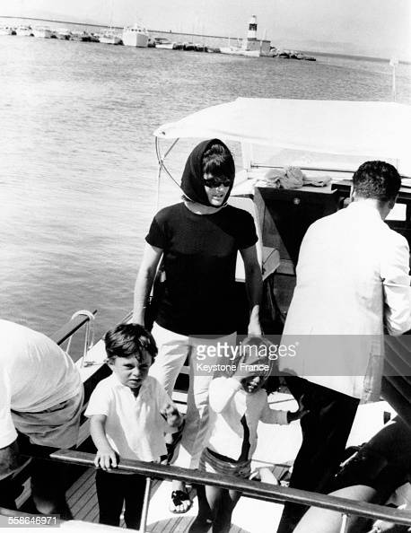 Jacqueline Kennedy en compagnie des enfants de sa soeur photographiée sur le yacht Radiant II à Porto Ercole Italie le 14 août 1964