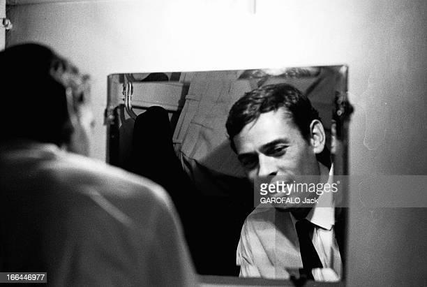 Jacques Brel Gives Up His Career Jacques BREL lors de sa tournée d'adieux attitude souriante du chanteur assis devant un miroir dans sa loge