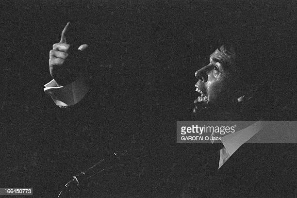 Jacques Brel Gives Up His Career Jacques BREL lors de sa tournée d'adieux attitude du chanteur de profil chantant sur scène