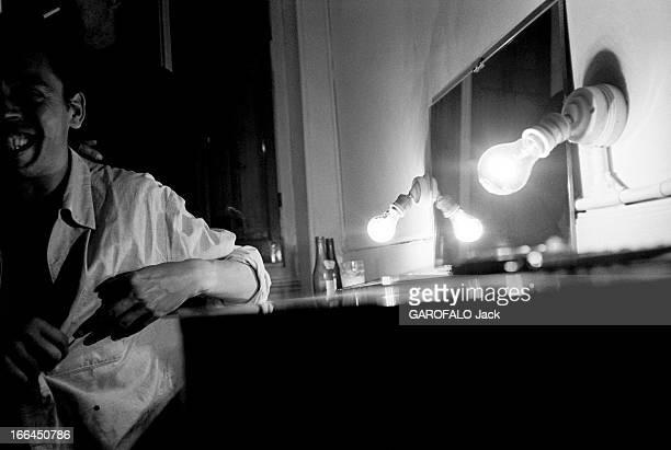 Jacques Brel Gives Up His Career Jacques BREL lors de sa tournée d'adieux attitude riante du chanteur assis dans sa loge