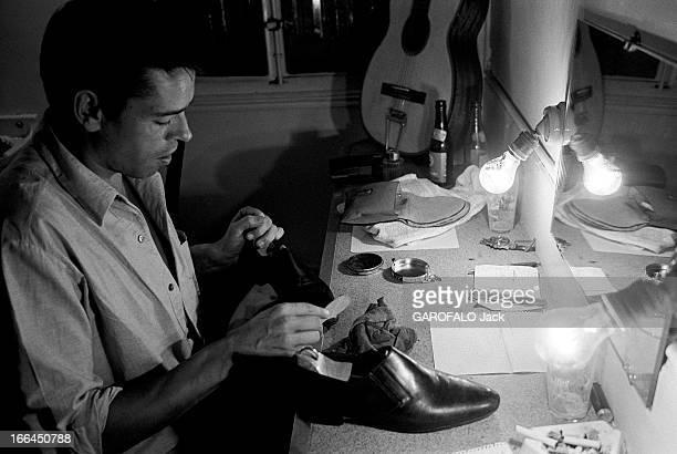 Jacques Brel Gives Up His Career Jacques BREL lors de sa tournée d'adieux le chanteur dans sa loge cirant ses chaussures