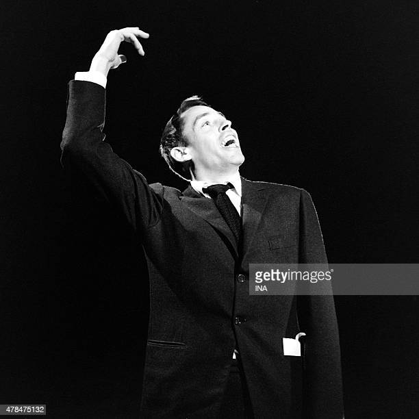 Jacques Brel sings in the program ''Cocktail variety shows''