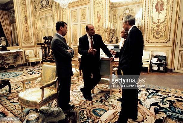 Jacques Chirac And Advisors Jacques CHIRAC conversant avec ses conseillers dans son bureau de l'Elyse de gauche droite le gnral Henri BENTEGEAT chef...