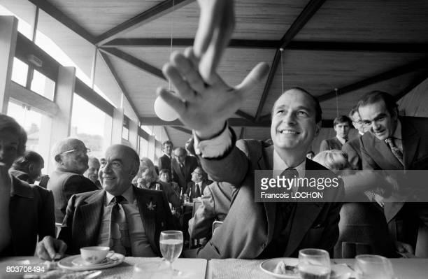 Jacques Chirac lors d'un déjeuner pendant le colloque du 'Nouveau Contrat Social' le 16 octobre 1976 à Epernay France