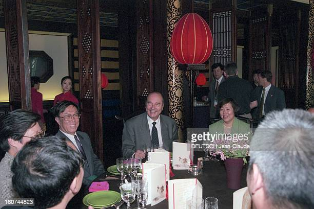 Jacques Chirac Official Travel In China Pékin en mai 1997 lors de son voyage officiel Jacques CHIRAC souriant assis à une table dressée en compagnie...