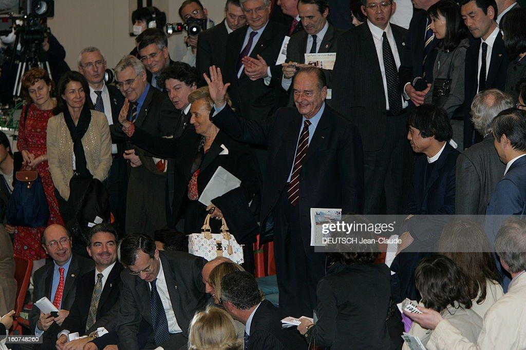 <a gi-track='captionPersonalityLinkClicked' href=/galleries/search?phrase=Jacques+Chirac&family=editorial&specificpeople=165237 ng-click='$event.stopPropagation()'>Jacques Chirac</a> Official Travel In Japan. Jacques CHIRAC et son épouse Bernadette saluant le public, debout dans les gradins du stade préfectoral d'OSAKA en présence de Thierry BRETON et François D'AUBERT pour assister à un combat de sumo.